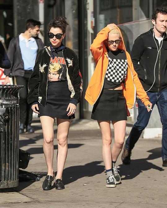 Obě měly i nápadně podobné outfity...