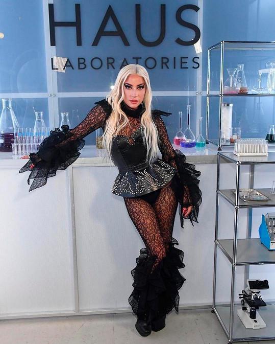 I proto si založila vlastní značku dekorativní kosmetiky.