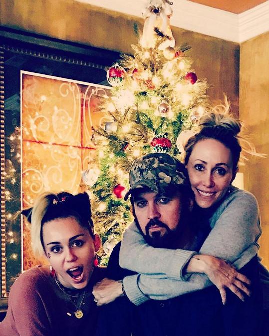 Miley s rodiči Tish a Billym Rayem, problémy s drogami a psychické potíže mají v rodině.