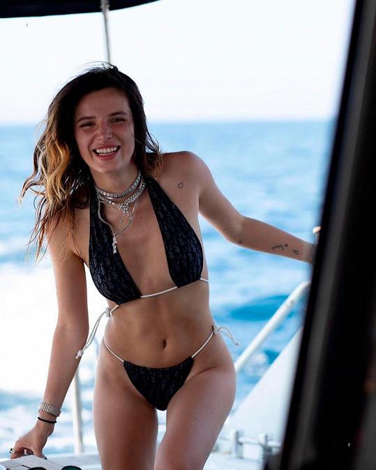 Bella Thorne se předvedla v bikinách a pochlubila se intimní informací.