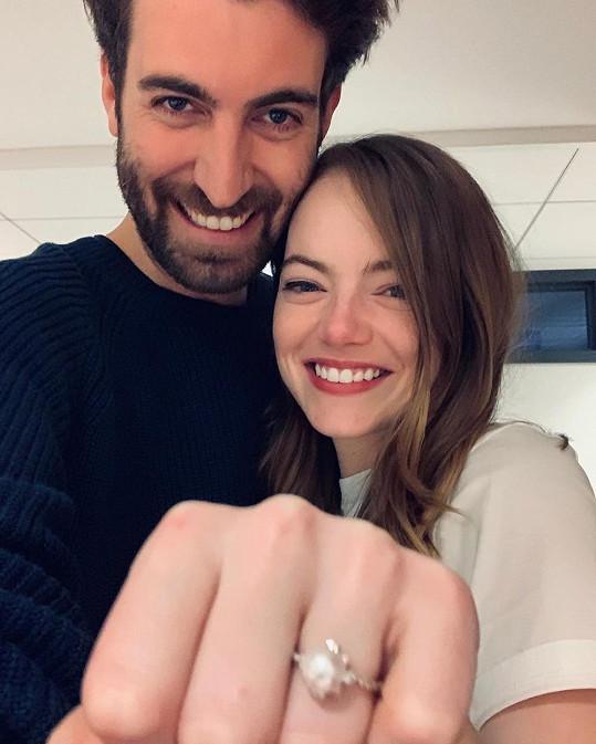Emma Stone a Dave McCary údajně odložili březnovou svatbu, od května se ale spekuluje, že se vzali tajně.