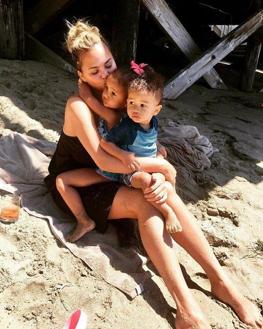 Chrissy Teigen s dětmi Lunou a Milesem