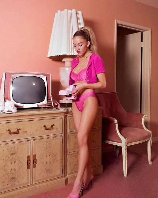V růžovém prádle jí to sluší.