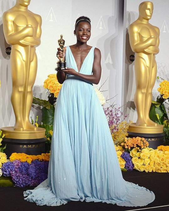 Lupita dostala Oscara za nejlepší vedlejší roli, porazila Julii Roberts i Jennifer Lawrence.