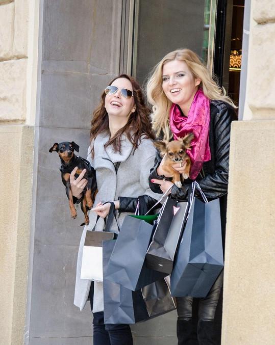 Nikol a Veronika s malými psíky