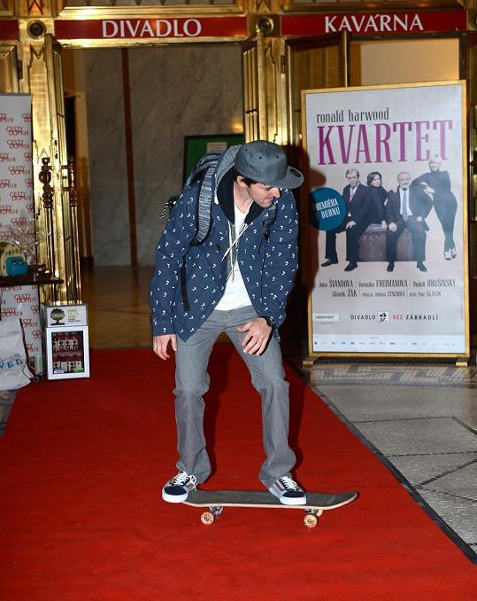 Postavil se i na skateboard...