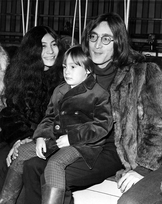 Yoko Ono s Johnem Lennonem a jeho synem Julianem v roce 1968