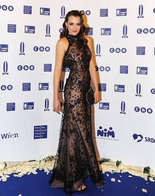 Jednou z několika oblečených - neoblečených krásek byla ten večer Katka Sokolová v róbě z aranžované krajky Oscar de la Renta. Tleskáme šatům, vlasovému stylingu v podobě měkkých vln i svůdnému líčení. Jedinou vadou na kráse je snad psaníčko s řetízkem. K tomuto modelu by se hodil minimalismus.