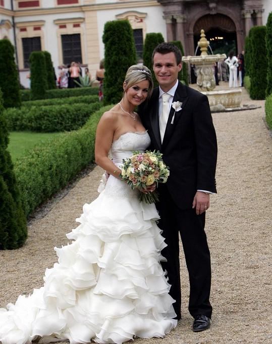 Všimněte si, že Monika na tiskovku zvolila velmi podobné šaty, které oblékla ve svůj svatební den.