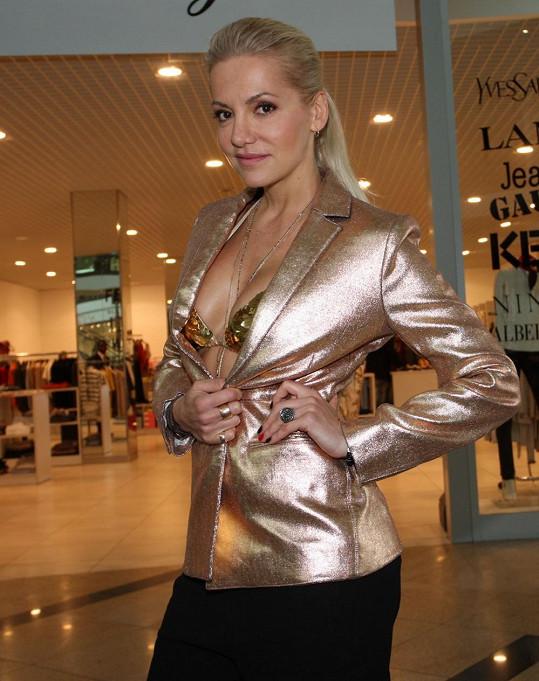 Dara si pak začala zkoušet modely jen ve zlaté podprsence.