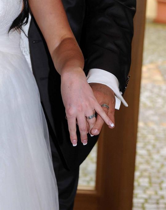 Manželé se chlubí prstýnky.