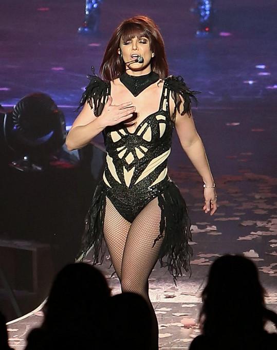 Spears v dalším modelu a hnědé paruce