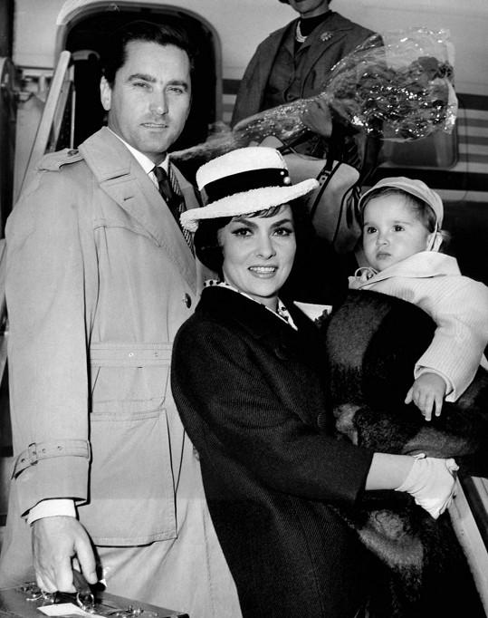 Herečka se svým exmanželem, jugoslávským lékařem Milko Skoficem, a jejich stejnojmenným synem.
