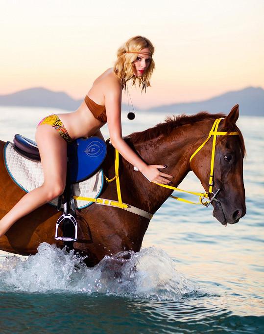 Její dokonalá postava se na koni krásně vyjímá.