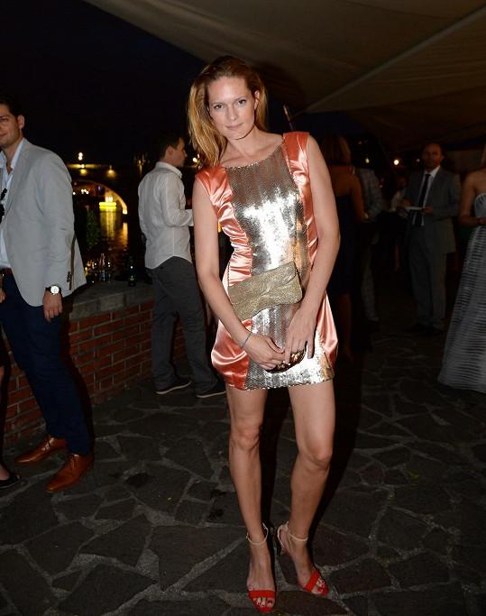 Jedny z nejkratších šatů měla spoluorganizátorka pražského fashion weeku Karolína Bosaková.