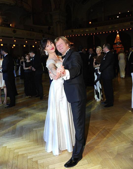 Na Československém plese si zatančila s kolegou Marošem Kramárem.