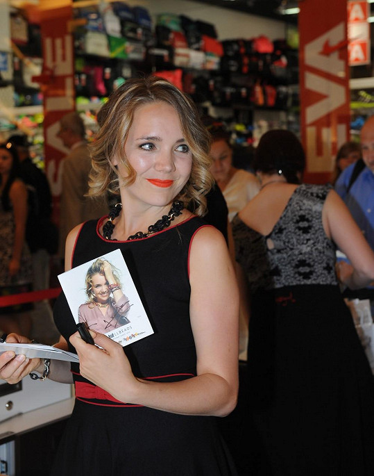 Na autogramiádu se zpěvačka velmi těšila.