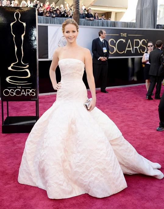 Jennifer Lawrence oblékla Haute Couture róbu od Diora připomínající obrácený kalich tulipánu.