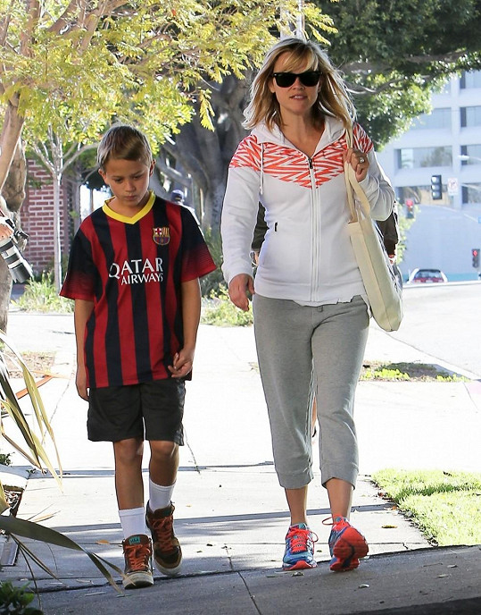 Reese nevypadá jako trojnásobná matka se čtyřicítkou na krku.