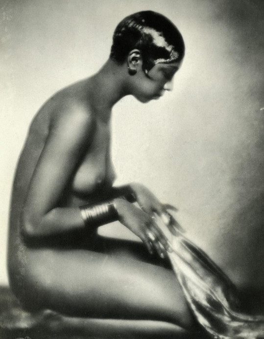 Josephine na dalším odvážném portrétu