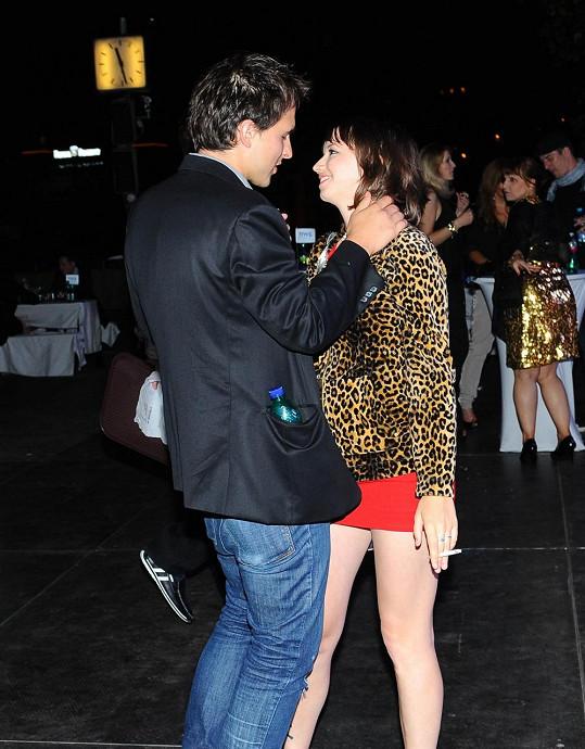 Když se objímala a tančila s přítelem...