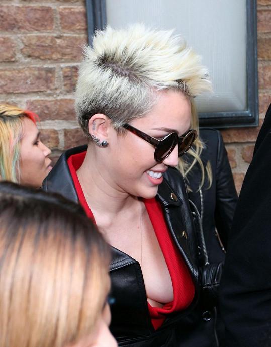 Miley Cyrus už není tou nevinnou dívenkou, kterou fanoušci znají ze seriálu Hannah Montana.