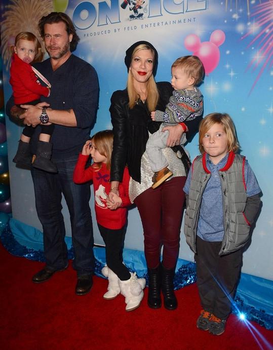 Dean McDermott je v léčebně a Tori zůstala doma na všechny děti sama.