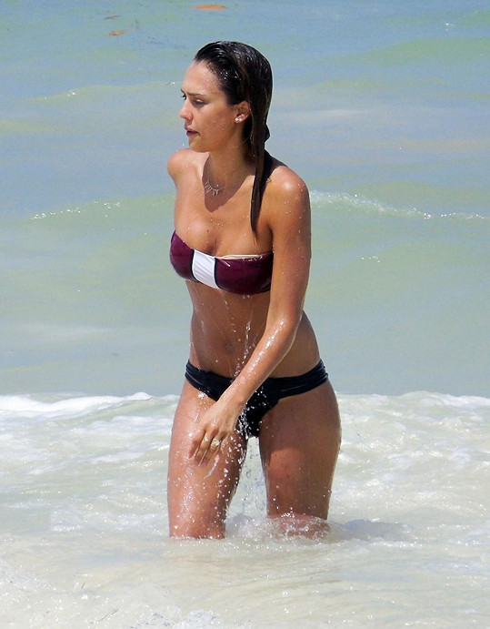 Jessica Alba je i jako vdaná dvojnásobná maminka snem spousty mužů.