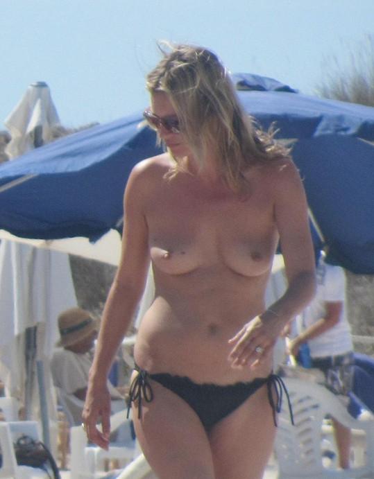 Na loňské dovolené ve Španělsku se po pláži promenovala nahoře bez.