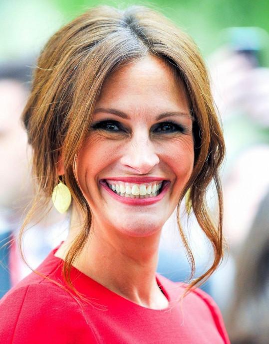 Julie Roberts ukázala svůj kouzelný úsměv, ale i hluboké vrásky kolem očí.
