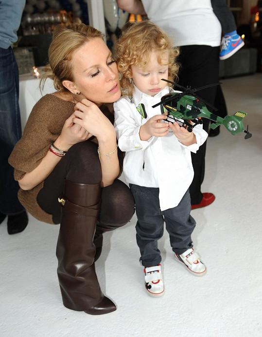 Simona s Maxem a jeho novou helikoptérou