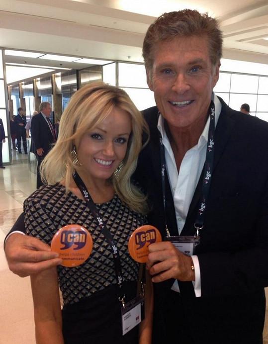 Hasselhoff na letišti s přítelkyní Hayley Roberts