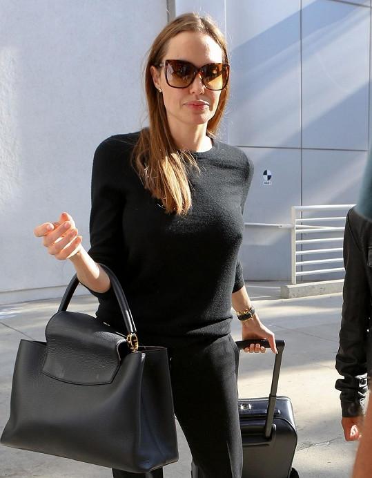 Angelina Jolie si pod černý svetr neoblékla podprsenku.