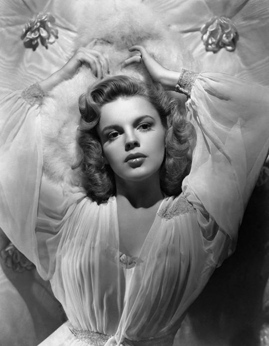 Mladičká Judy Garland v době, kdy šla z filmu do filmu...