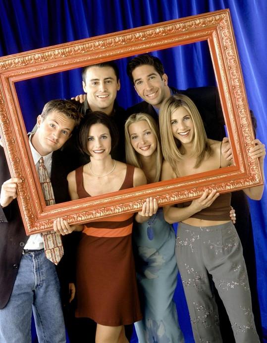 Parta ze seriálu Přátelé včetně Chandlera (vlevo).