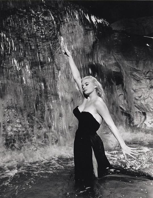 Tuhle scénu si z filmu Sladký život (1960) pamatují všichni.