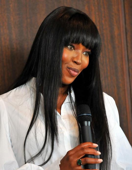 Naomi a její tradiční vyhlazené vlasy