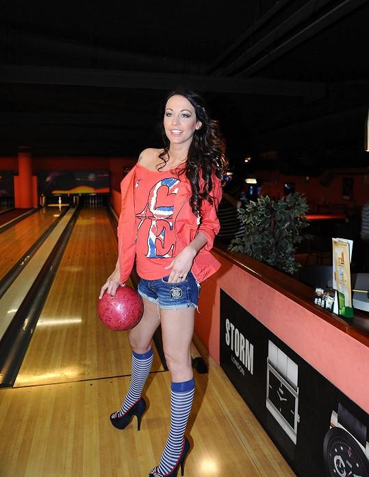 Agáta si myslí, že je toto bowlingový outfit.