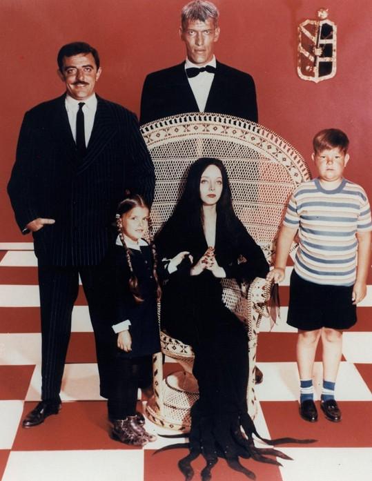 V televizní verzi Addamsovy rodiny z roku 1964 si zahráli John Astin, Lisa Loring, Carolyn Jones a Ken Weatherwax.