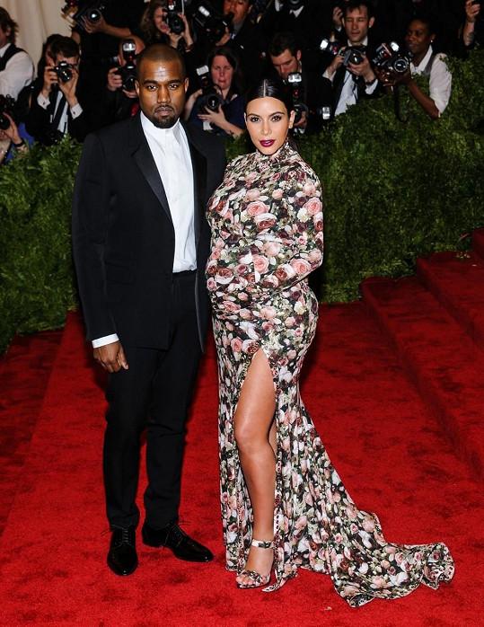 Anna Wintour po dlouhém uvažování nakonec dovolila Kim Kardashian, aby se její jméno objevilo na pozvánce a tak to dopadlo. Kráska neozdobila květy pouze své vyklenuté bříško, ale zahalila se do šatů od Riccarda Tisci po konečky prstů. Ve výsledku vypadala jako pohádkový hrad zarostlý růžovým keřem.