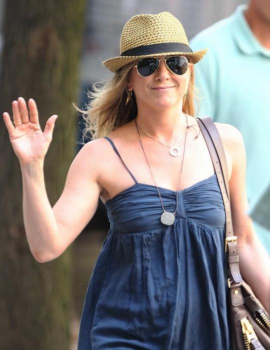 Jennifer Aniston patří k hvězdám, které nošení podprsenky neřeší.