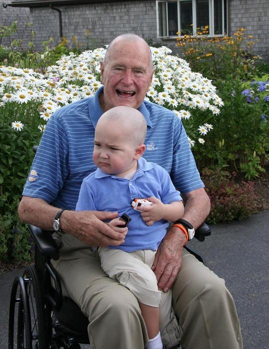 George Bush senior si nechal kvůli nemocnému synovi svého zaměstnance oholit hlavu.