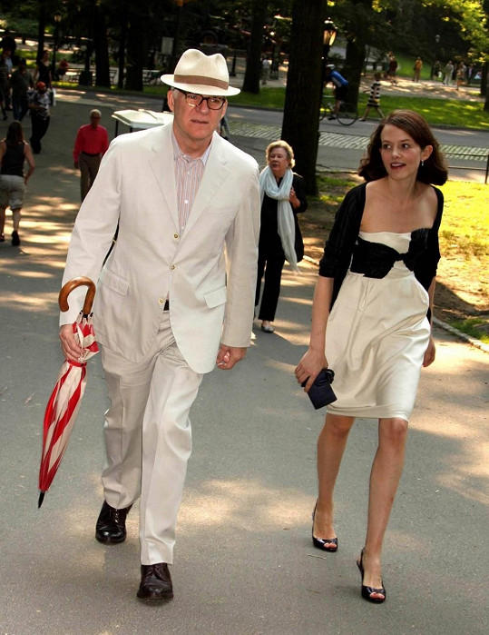 Steve Martin s manželkou Anne se radují z prvního společného potomka.