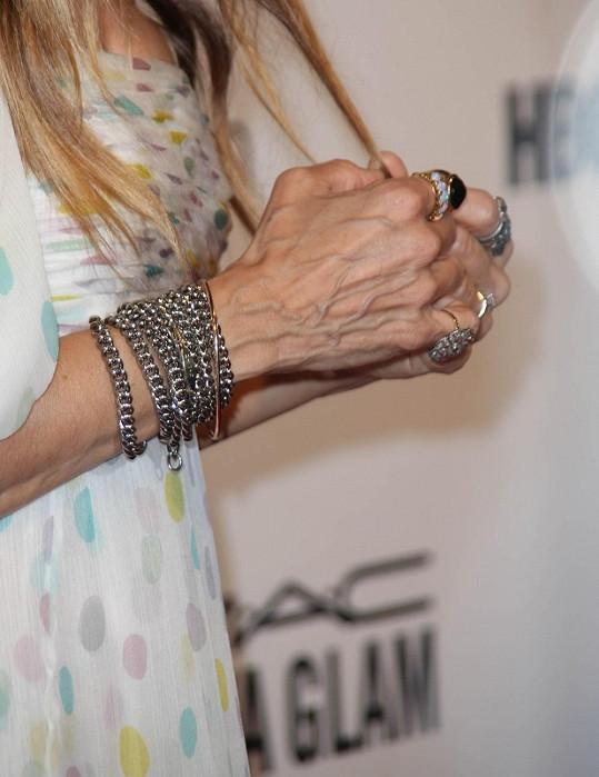 Sarah Jessica Parker má ruce vrásčité jak stařena.