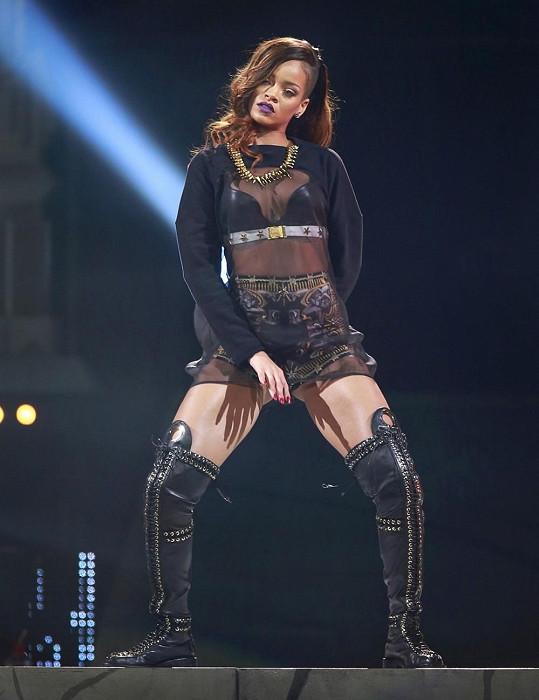 Zpěvačka se během koncertu dost odvázala.