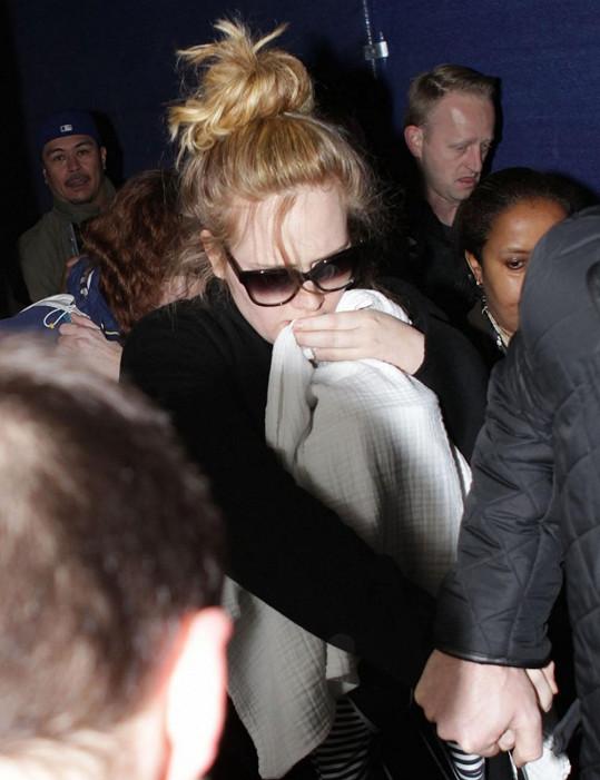 Adele přiletěla do USA kvůli vystoupení na nedělních Zlatých glóbech.