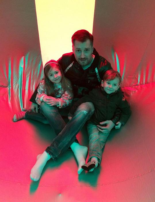 Petr se svými dětmi tráví co nejvíc času.