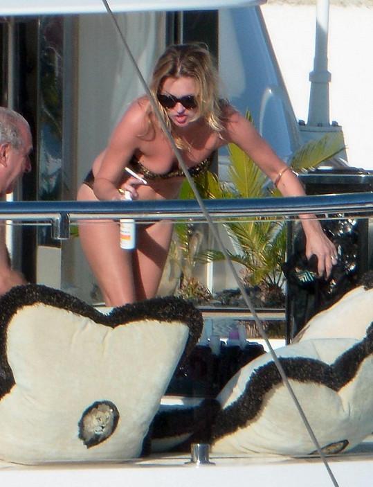 Kate Moss pluje jachtou po St. Barts.