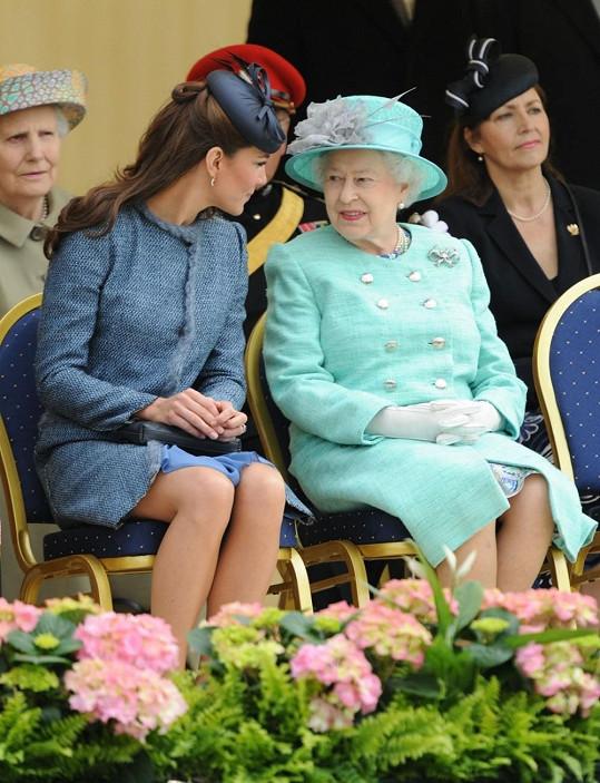 Catherine dnes bedlivě naslouchá radám královny Alžběty II.