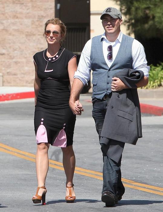 Zamilovaná dvojice odchází z obchodního centra v Kalifornii.